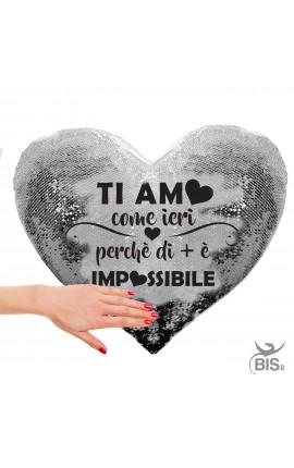 """Cuscino cuore con paillette """"Ti amo come ieri perchè di più è impossibile"""""""