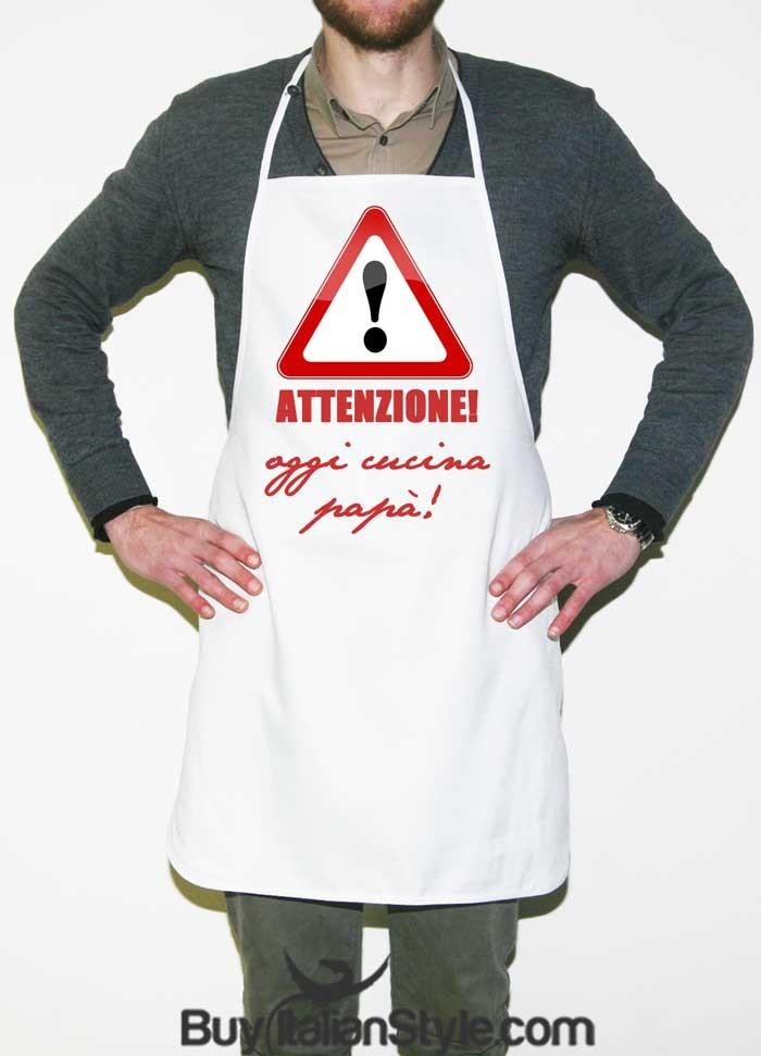 Grembiule Da Cucina Uomo.Grembriule Da Cucina Attenzione Oggi Cucina Papa