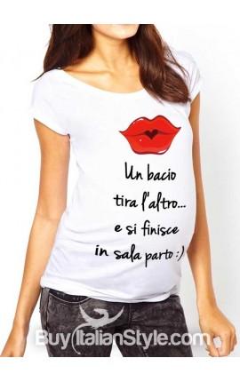 """T-shirt premaman manica corta """"un bacio tira l'altro e ti trovi in sala parto"""""""