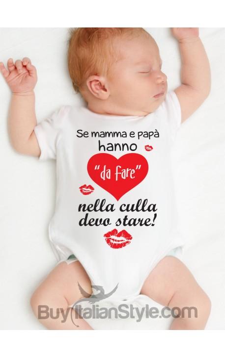 """Body neonato """"Se mamma e papà hanno da fare nella culla devo stare"""""""