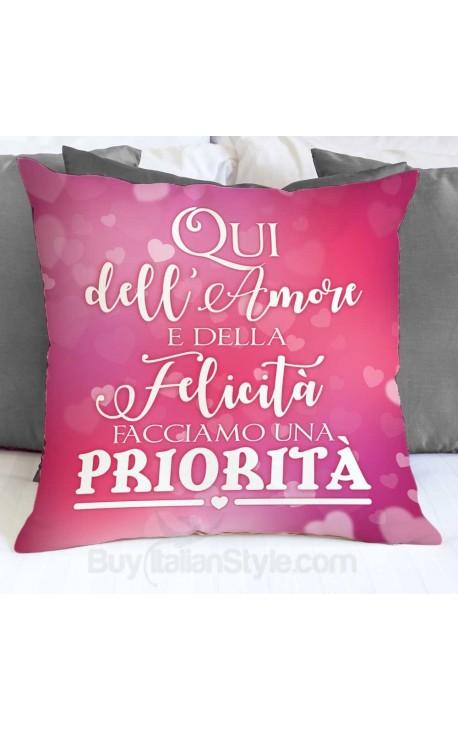 """Federa cuscino """"Qui dell'amore e della felicità facciamo una priorità"""""""
